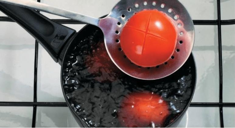 Мясо с жареными помидорами