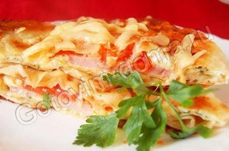 Горячая закуска из колбасы и помидоров