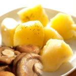 Картофель отварной с солеными грибами Белорусская кухня