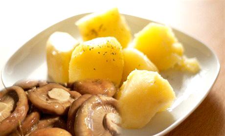 Картофель отварной с солеными грибами