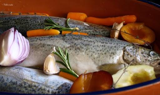 Морская рыба с вином и овощами