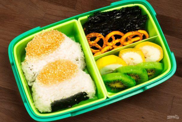 Онигири с кунжутом и тунцом Японская кухня