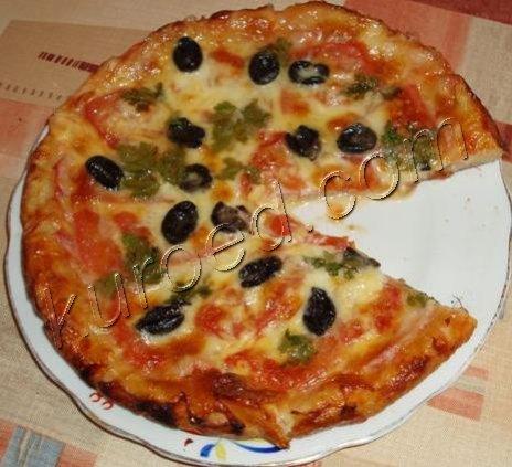 Пицца с ветчиной и маслинами Пицца