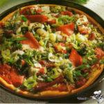 Пицца с зеленым луком и салями Пицца