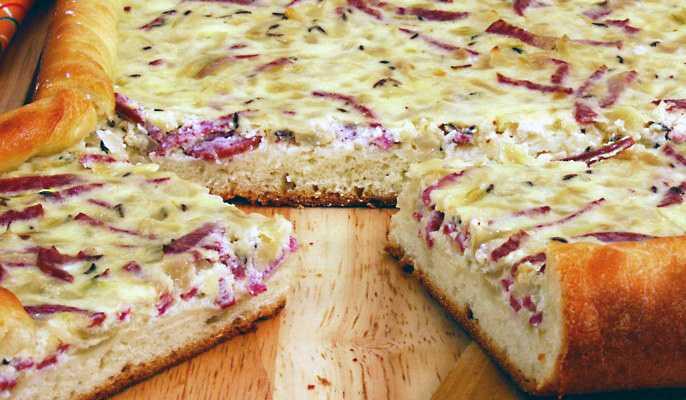 Пирог с колбасно-луковой начинкой