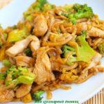 Рисовая вермишель с брокколи и огурцами Японская кухня