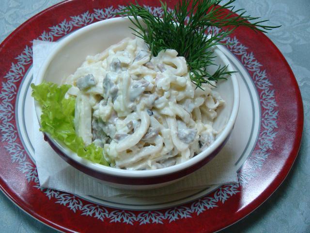 Салат из копченых кальмаров с луком и яйцом Японская кухня