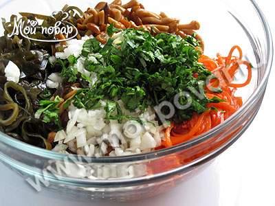 Салат из лука, морской капусты и грибов Японская кухня