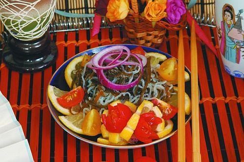 Салат из морской капусты с лапшой и баклажанами