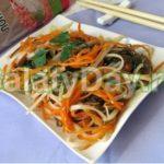 Салат из морской капусты с рисовой лапшой Японская кухня