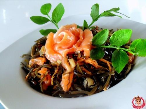 Салат из морской капусты, семги и ростков сои Японская кухня