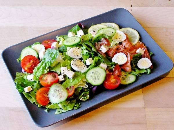 Салат из семги со свежими овощами