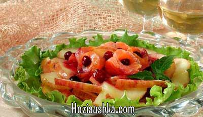 Салат из судака с соусом из свежих помидоров