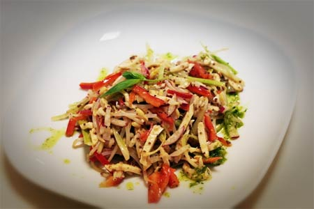 Салат из свинины с ростками бамбука и помидорами Японская кухня