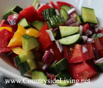 Салат из томатов с перцем и луком