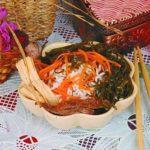 Салат из жареной говядины с рисом и морской капустой Японская кухня