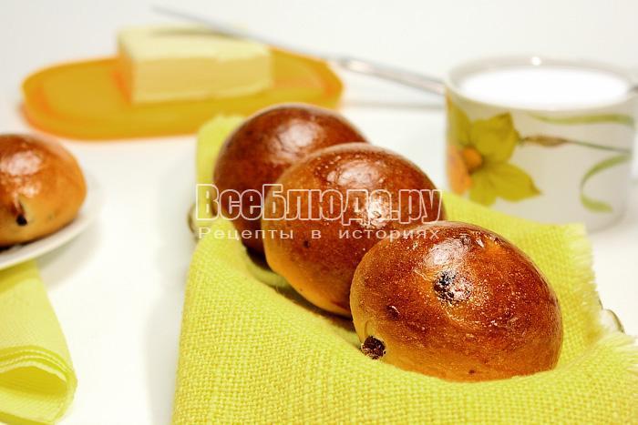 Сдобные булочки с изюмом и орехами