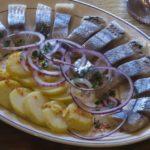 Сильд коорега (закуска из сельди в сметане) Эстонская кухня