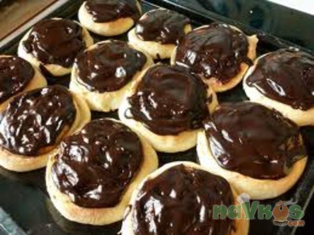 Сливочные булочки с шоколадной глазурью
