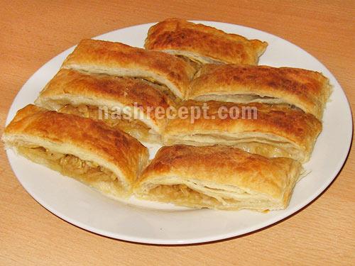 Слоеный пирог с орехами и курагой
