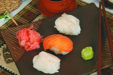Суси с маринованным окунем и морским гребешком Японская кухня