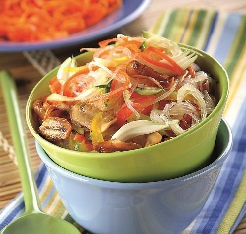 Салат из соевой лапши с шампиньонами и овощами