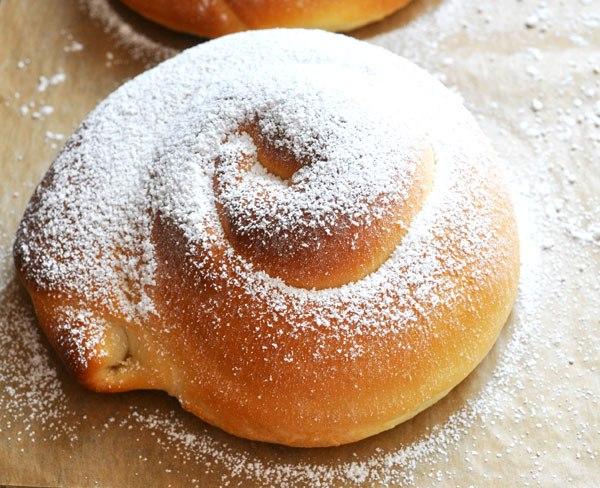 Сдобные булочки с сахарной пудрой