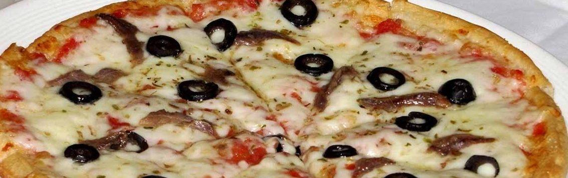 Пицца с маслинами и анчоусами