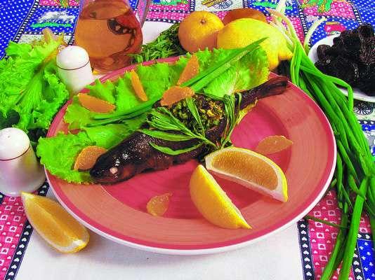 Форель, фаршированная черносливом и мандаринами
