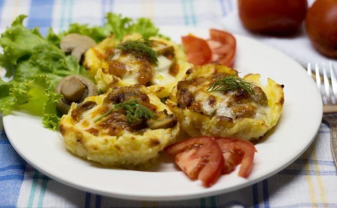 Картофель с грибами, сыром и соусом
