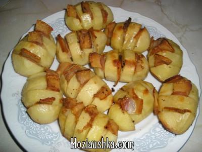 Картофель, шпигованный салом