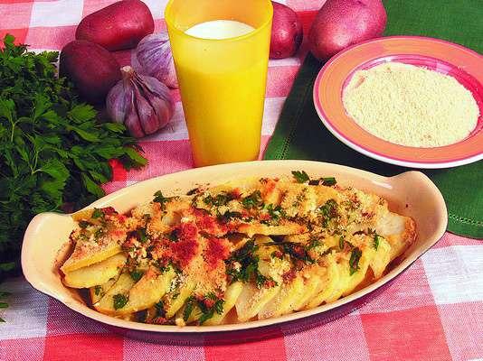 Картофель, запеченный в молоке с чесноком и белым перцем