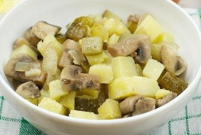 Картофельный салат с солеными груздями
