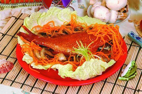 Морской окунь с грибами и морковью