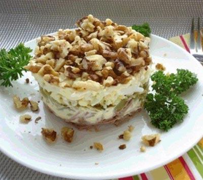 Мясной салат с фундуком