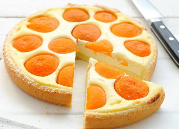 Низкокалорийный творожный пирог с персиками