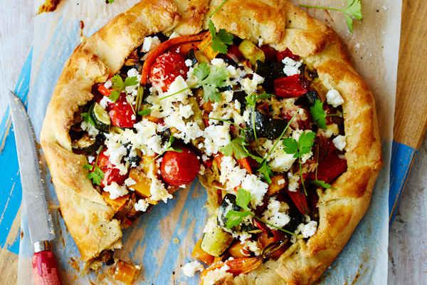Открытый пирог с брынзой и овощами