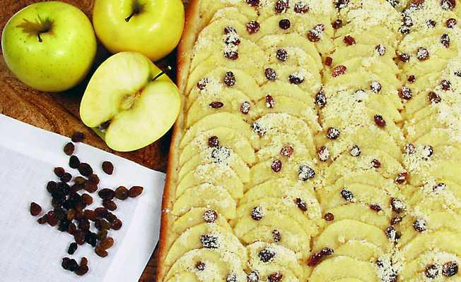Открытый пирог с изюмом и яблоками