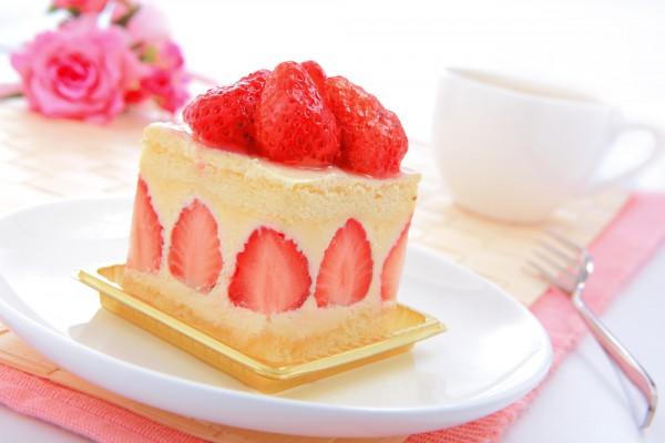 Праздничный клубничный пирог