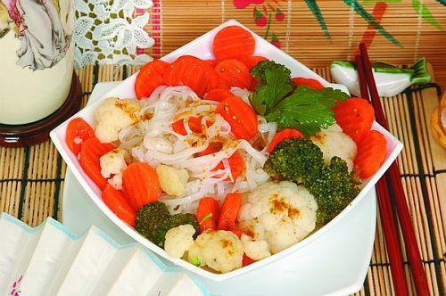 Рисовая лапша с капустой и морковью