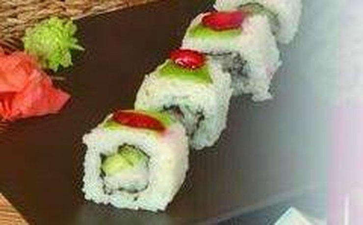 Роллы с морским гребешком, авокадо и клубникой