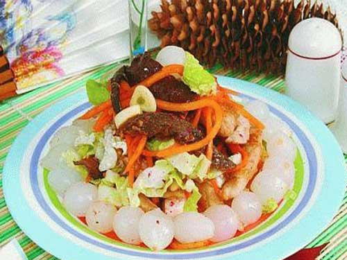 Салат-ассорти из рыбы и курицы с овощами