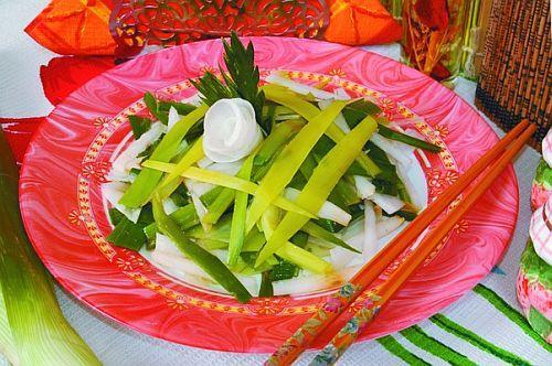 Салат из дайкона и лука-порея