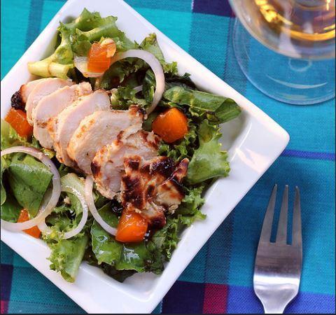 Салат из индейки с грибами и хурмой