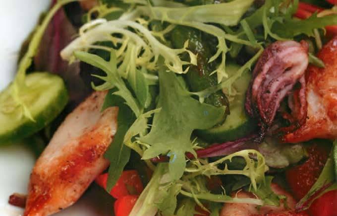 Салат из кальмаров с овощами и персиками