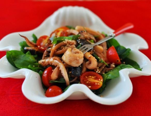Салат из кальмаров с шиитаке и луком