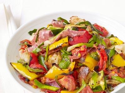 Салат из копченой колбасы с брынзой