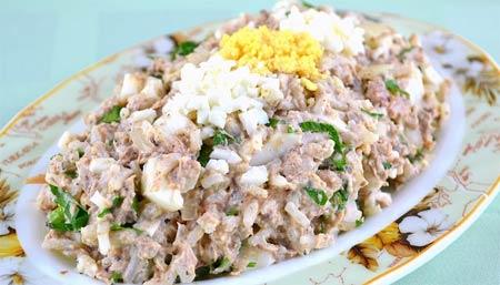 Салат из копченой осетрины и риса