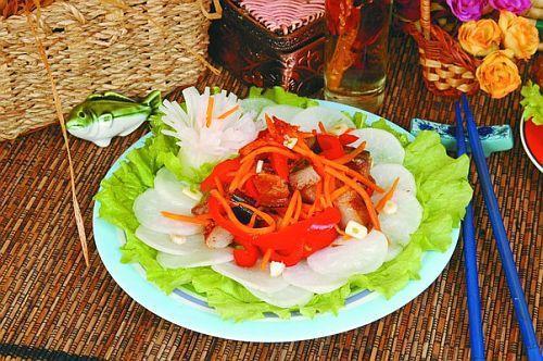 Салат из копченой рыбы с дайконом