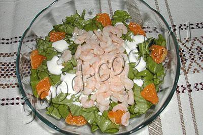 Салат из креветок с рисом и мандаринами